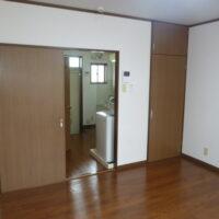 洋室(バルコニー側から玄関方向)